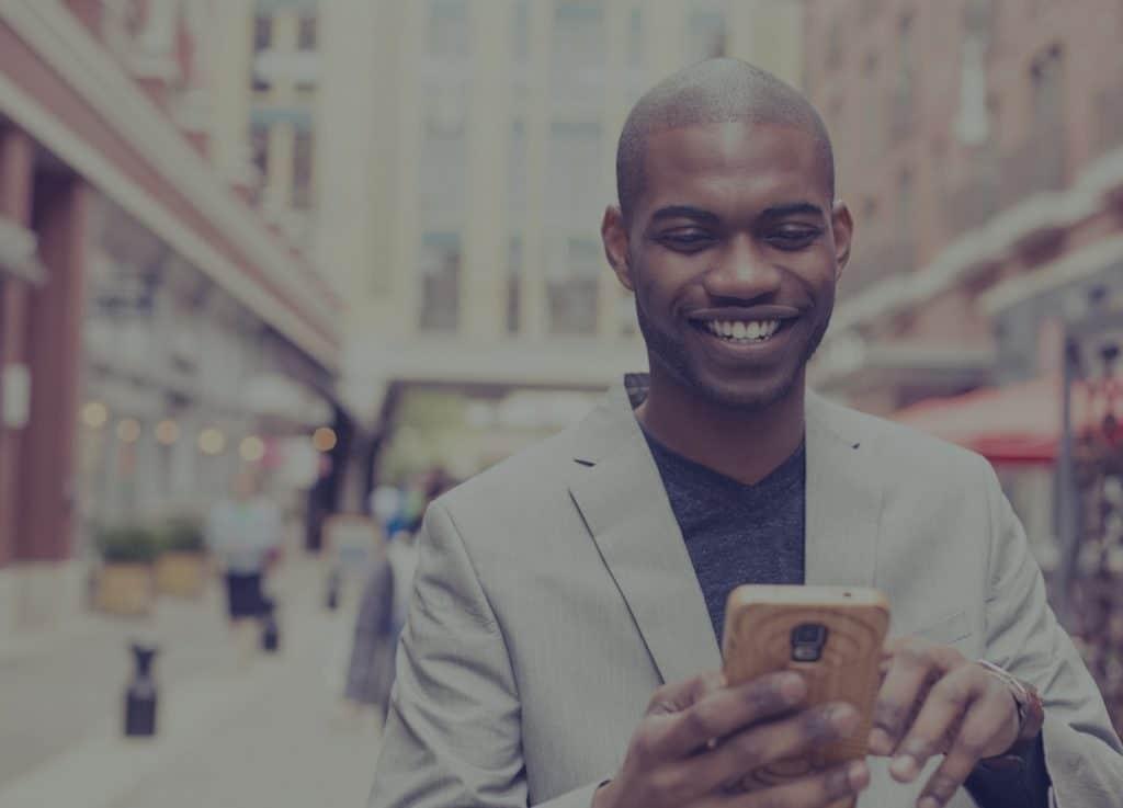 Person ser på panelforskningsskjemaet i mobilen
