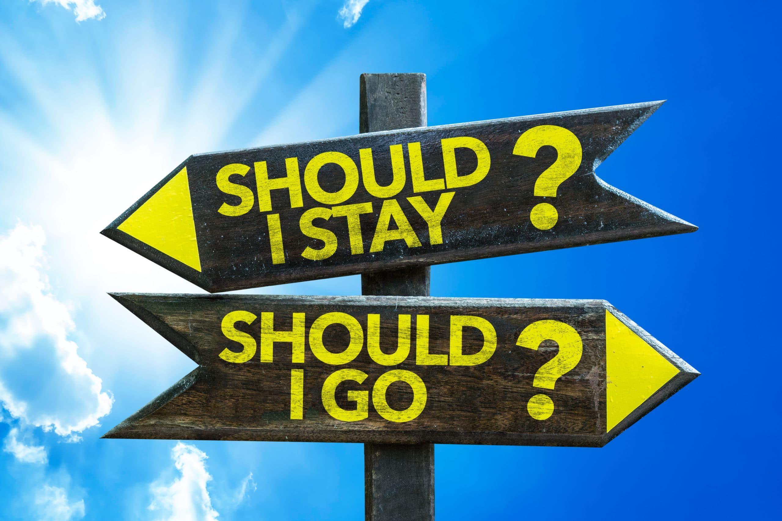 Skyltar som representerar en nyanställds beslut över att stanna eller sluta på ett företag