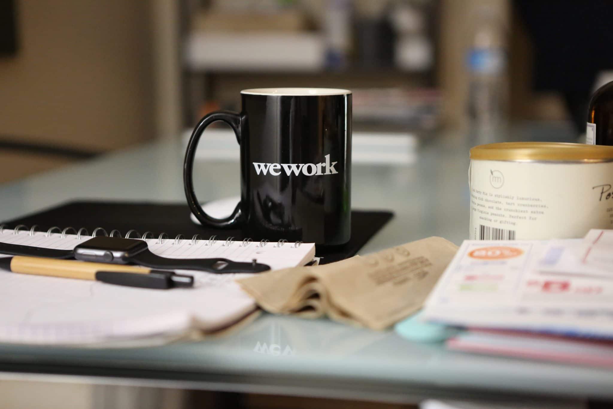 charles-koh-365298 bild på kaffekopp på arbetsplats. Vad krävs för att öka medarbetarengagemanget?