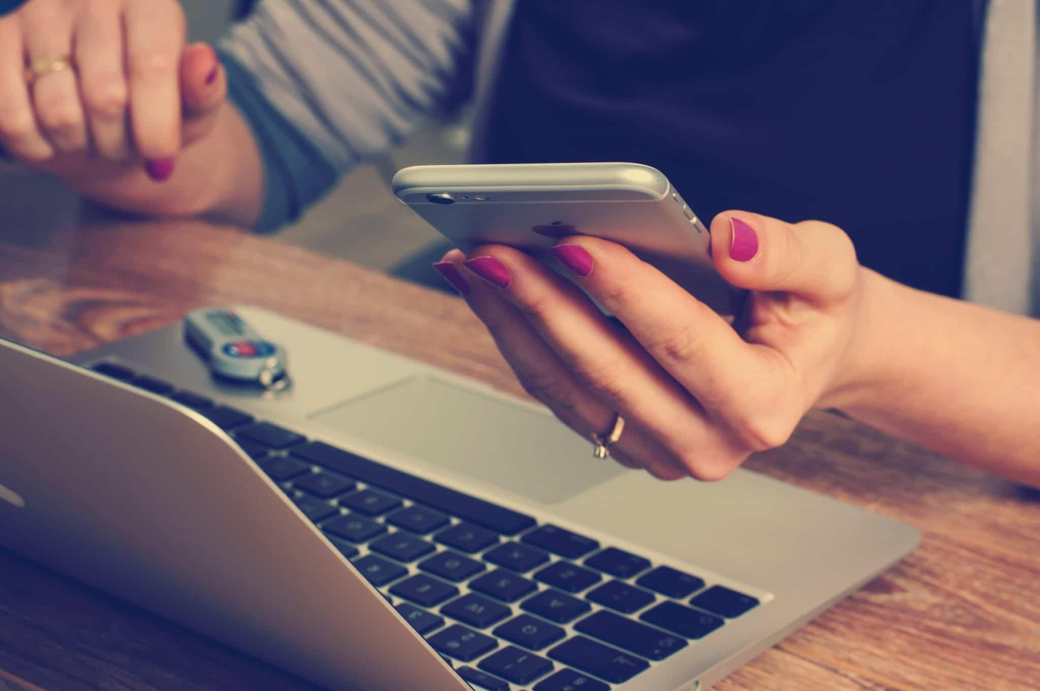 Smartphone am Arbeitsplatz