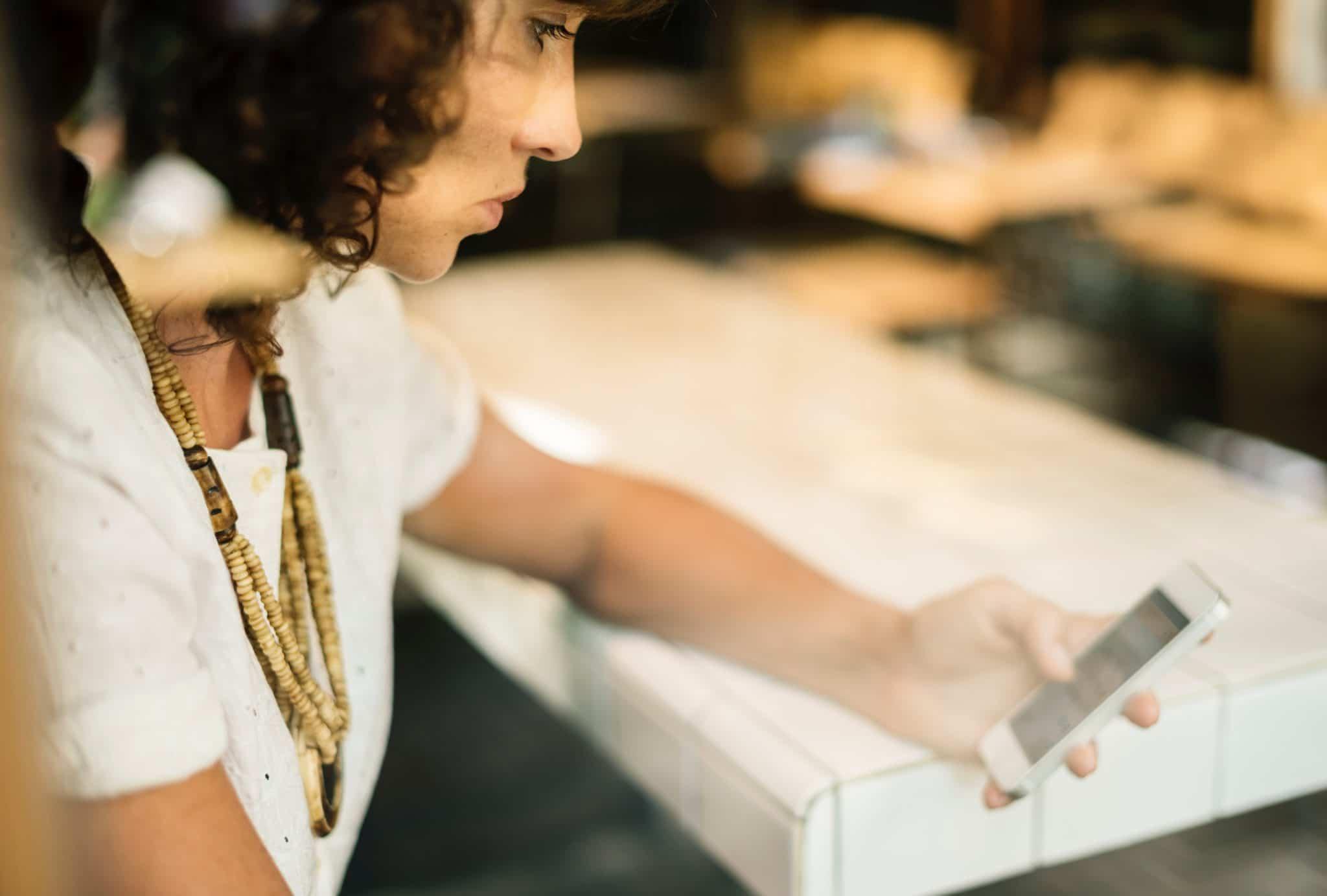 Kunde som gjennomfører e-commerceundersøkelser