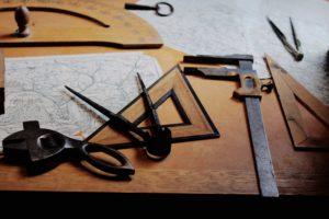 Bild von Werkzeug auf einem Tisch