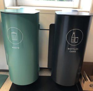 Exempel på två av återvinningskärlen på Netigate