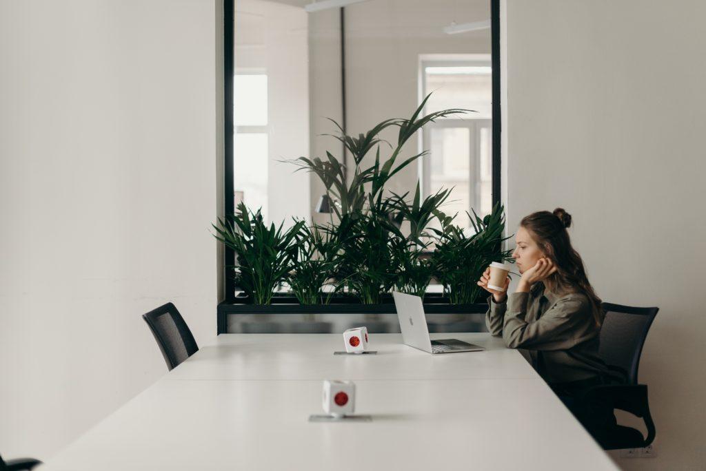 Hvordan fremme en introvert personlighet på arbeidsplassen